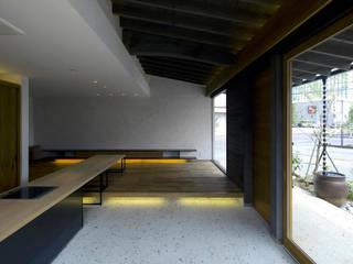 土間キッチンがあるデザインサロン ラスティックな 多目的室 の 環アソシエイツ・高岸設計室 ラスティック 石