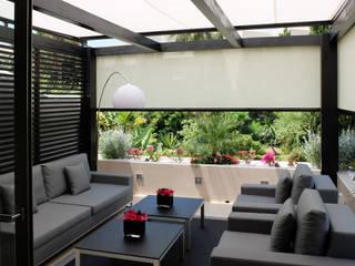 Pérgola de madera Balcones y terrazas de estilo moderno de COBERTI Moderno