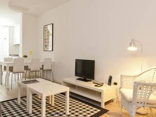 APARTAMENTO SHORT RENTING LISBOA: Salas de estar modernas por MARIA ILHARCO DE MOURA ARQUITETURA DE INTERIORES E DECORAÇÃO