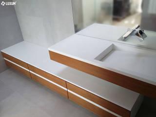 Designerska umywalka z blatem i szafką. Nowoczesna łazienka od Luxum Nowoczesny
