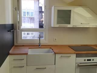 Cocina en bajocubierta. Frente.: Casas de estilo  de Estudo de Arquitectura Denís Gándara