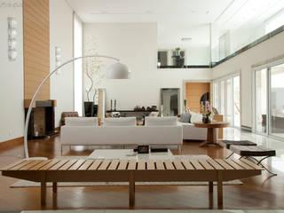 Casa em condomínio: Salas de estar  por DecorArquitetura - Luciana Corrêa e Elaine Delegredo