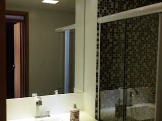 Apartamento Costa Azul Banheiros modernos por Alvaro Camiña Arquitetura e Urbanismo Moderno
