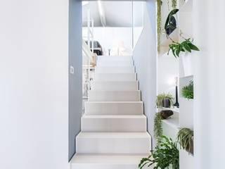 A qualcuno Piace Loft! Ingresso, Corridoio & Scale in stile moderno di Design.inc Moderno