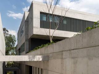 Fachada y acceso al estacionamiento: Casas de estilo  por Aflo Arquitectos