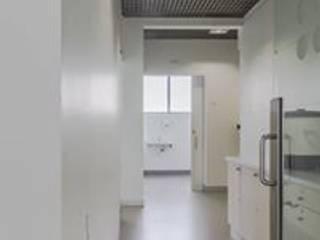PHYSIOCARE: Corredores e halls de entrada  por BBT ARQUITECTURA,Minimalista