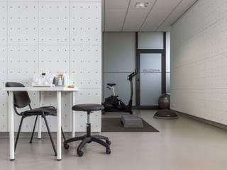 PHYSIOCARE: Escritórios e Espaços de trabalho  por BBT ARQUITECTURA,Minimalista