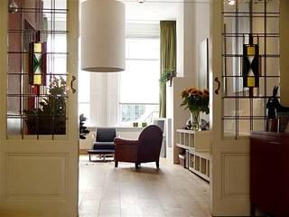Sfeervolle woonkamer met behoud van originele details.:  Woonkamer door Ien Interieurontwerp Advies Projectbegeleiding