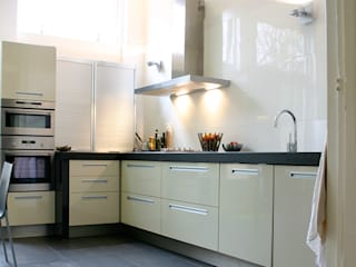 Moderne Italiaanse keuken met hardstenen blad.:  Keuken door Ien Interieurontwerp Advies Projectbegeleiding