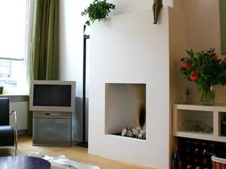 Moderne gashaard als sfeermaker.:  Woonkamer door Ien Interieurontwerp Advies Projectbegeleiding