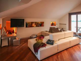 Livings modernos: Ideas, imágenes y decoración de davide pavanello _ spazi forme segni visioni Moderno