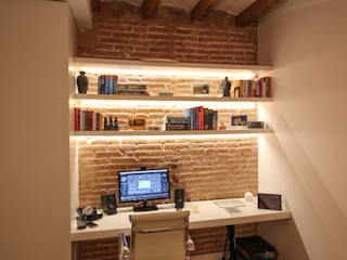 Reforma integral de vivienda en Barcelona capital Estudios y despachos de estilo clásico de Reformas Vicort Clásico Madera Acabado en madera