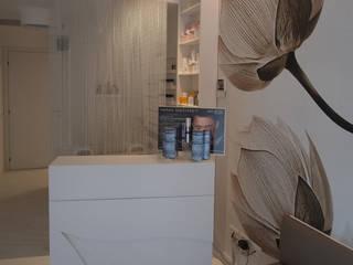 reception/accoglienza: Negozi & Locali commerciali in stile  di Silvana Barbato, StudioAtelier