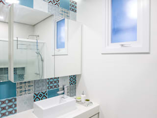 Baños de estilo tropical de Camila Chalon Arquitetura Tropical