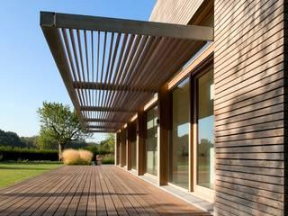 Balcones y terrazas de estilo moderno de WillemsenU Moderno