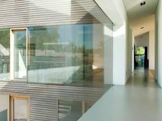 Pasillos, vestíbulos y escaleras de estilo moderno de WillemsenU Moderno