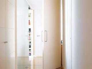 Modern Corridor, Hallway and Staircase by Architect Hugo Castro - HC Estudio Arquitectura y Decoración Modern