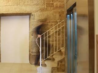 """Rehabilitacion """"Hogar del Transeuente"""": Pasillos y vestíbulos de estilo  de LOPEZ y NOYA arquitectura y urbanismo"""