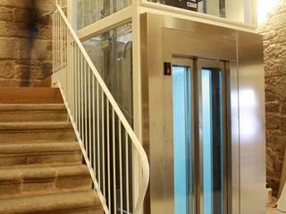 """Rehabilitacion """"Hogar del Transeuente"""" Pasillos, vestíbulos y escaleras de estilo moderno de LOPEZ y NOYA arquitectura y urbanismo Moderno"""