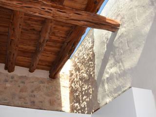 Can Bassó Paredes y suelos de estilo rústico de AMOMA ARQUITECTURA Rústico