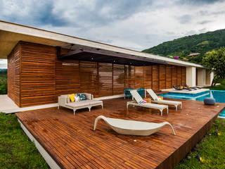 Casas modernas por Arquitectura en Estudio Moderno