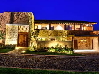 Fachada Principal: Casas de estilo  por INTERPRIKA