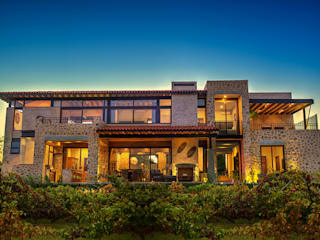 Vista Trasera: Casas de estilo  por INTERPRIKA