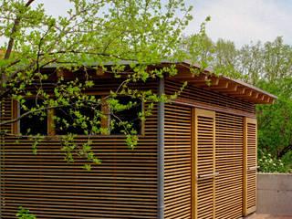 Edelschuppen mit Werkstatt im Garten: koloniale Garage & Schuppen von Archwerk Morenz
