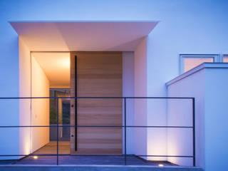 千里山の2世帯住宅 玄関: 奥和田健建築設計事務所 okuwada architects officeが手掛けた廊下 & 玄関です。