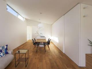 子世帯のダイニング: 奥和田健建築設計事務所|okuwada architects officeが手掛けたダイニングです。