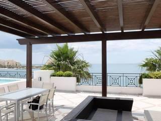COBERTI Balcone, Veranda & Terrazza in stile mediterraneo Legno Nero