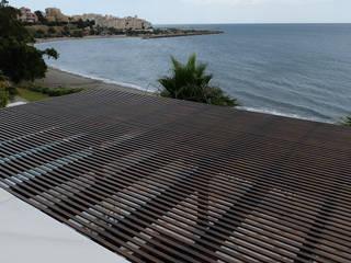 Terraza: Suelos, techo de cristal y cerramiento Balcones y terrazas de estilo mediterráneo de COBERTI Mediterráneo