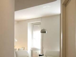 Minimalist corridor, hallway & stairs by Laura Pistoia architetto Minimalist
