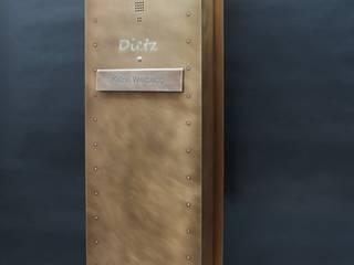 Tombak-Briefkasten: modern  von Metall & Gestaltung Dipl. Designer (FH) Peter Schmitz,Modern