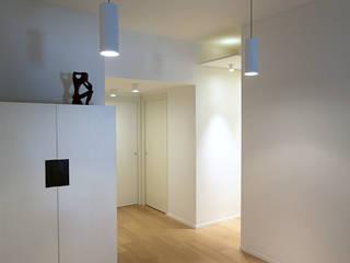 Pasillos, vestíbulos y escaleras de estilo moderno de diegogiovannenza|architetto Moderno