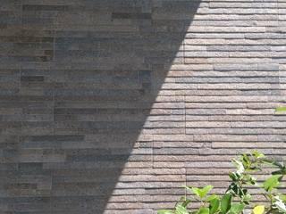 Balcones y terrazas modernos: Ideas, imágenes y decoración de 兆博建築 Moderno