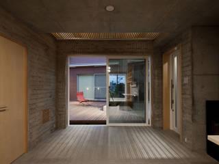 成瀬のオフグリッドハウス モダンデザインの 多目的室 の abanba inc. モダン