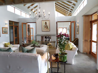 Highlands Farm - Hermanus:   by Claire Cartner Interior Design,