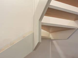 Appartamento AG Ingresso, Corridoio & Scale in stile minimalista di studiovert Minimalista
