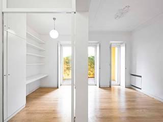 Escritório e Sala: Salas de estar minimalistas por Tiago Filipe Santos - Arquitetura
