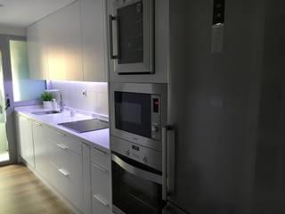 Cocina moderna en color blanco mate y tarima: Baños de estilo  de SAUCO DESIGN S.L.
