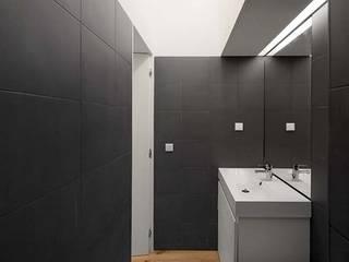 Casa de banho: Casas de banho minimalistas por Tiago Filipe Santos - Arquitetura