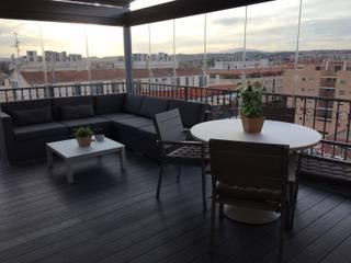 Diseño y reforma de terraza con pérgola,  tarima de exterior, cierre panorámico y mobiliario: Terrazas de estilo  de SAUCO DESIGN S.L.