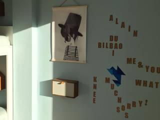 HABITACIÓN JUVENIL CUBO HARLEQUÍN: Espacio de juegos: Dormitorios infantiles de estilo  de TocToc