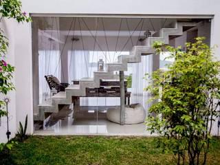 Escada zig-zag: Casas  por Aroeira Arquitetura