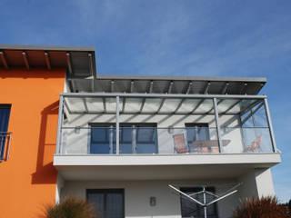 Balkonüberdachung aus Aluminium & Glas Schmidinger Wintergärten, Fenster & Verglasungen Moderner Wintergarten Aluminium/Zink Grau