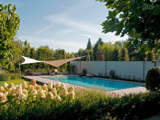 Landelijke tuin:  Tuin door Tuintechnisch Bureau Smeulders,