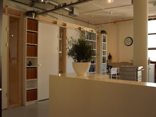 kastenwand met erachter de spreekkamers:  Kantoor- & winkelruimten door Erik van Zanten Ontwerpen en Bouwen