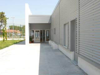 Escola Básica da Qtª. da Corvina - Trafaria - Almada Escritórios modernos por Jorge Lopes, LABORATÓRIO DE ARQUITECTURA Moderno