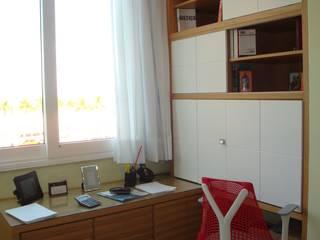 Home Office fechado: Escritórios  por Debiaze Arquitetura